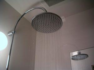 たっぷりのお湯で贅沢な浴び心地オーバーヘッドシャワー